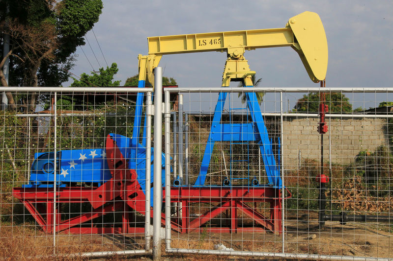 © Reuters. FILE PHOTO: An oil pumpjack painted with the colors of the Venezuelan flag is seen in Lagunillas