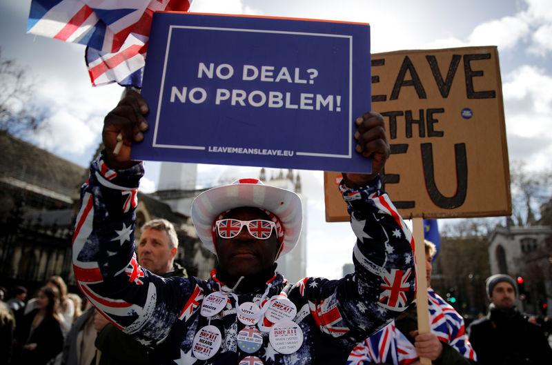 6f8caca883ea Reuters. FOTO DE ARCHIVO  los manifestantes pro-Brexit sostienen pancartas  frente al
