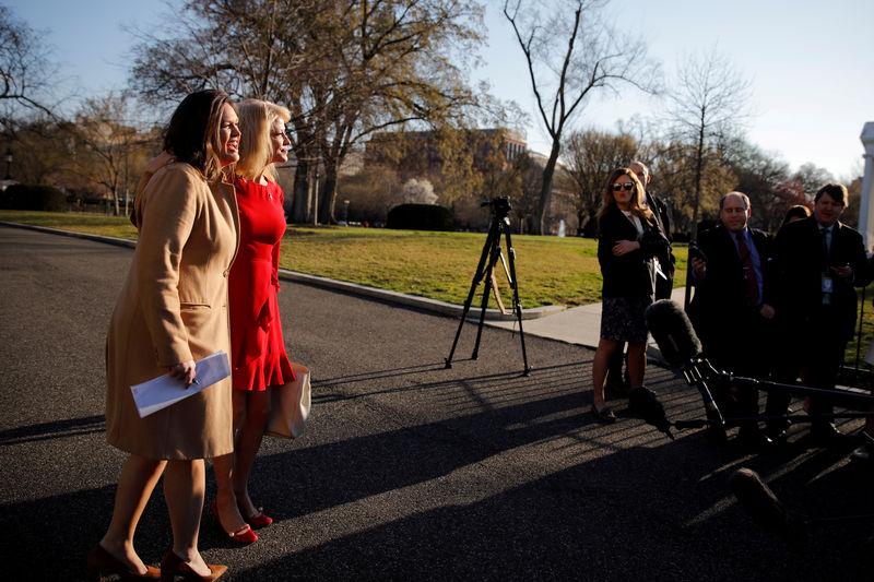 © Reuters. FILE PHOTO: White House Press Secretary Sarah Sanders  and White House Counselor Kellyanne Conway react as they see each other at the White House in Washington, U.S.