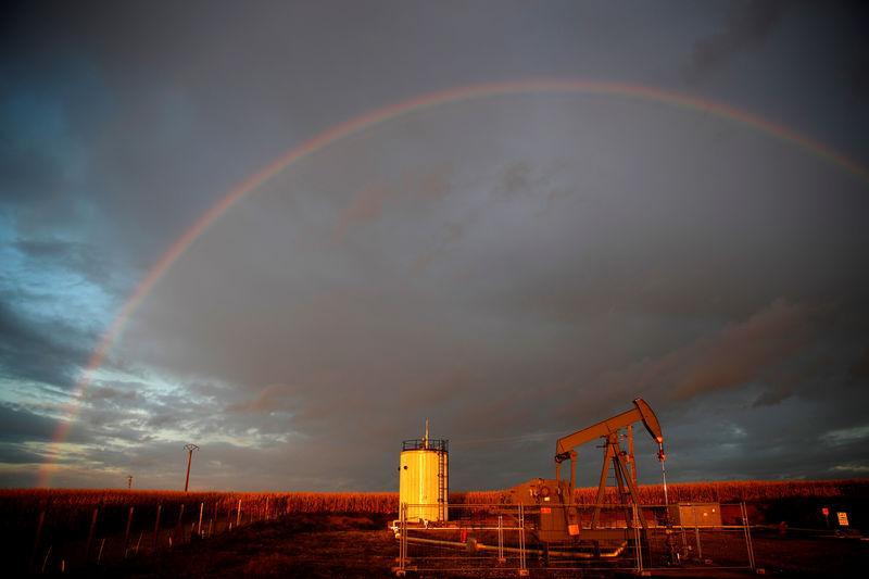 © Reuters. A rainbow can be seen over a pumpjack at sunset outside Scheibenhard
