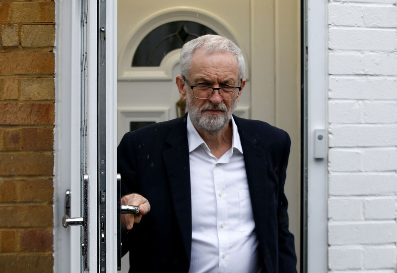 © Reuters. British opposition Labour Party leader Jeremy Corbyn leaves his home in London