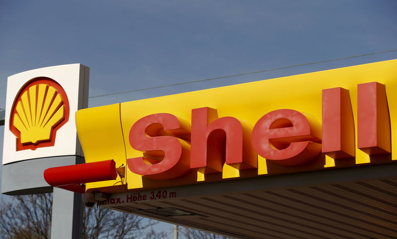 © Reuters. Shell's company logo is pictured at a gas station in Zurich