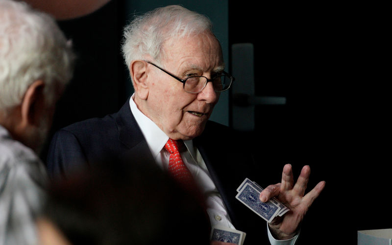 © Reuters. PHOTO PHOTO: Warren Buffett, CEO of Berkshire Hathaway Inc, gesturing during a bridge game in the annual Omaha meeting