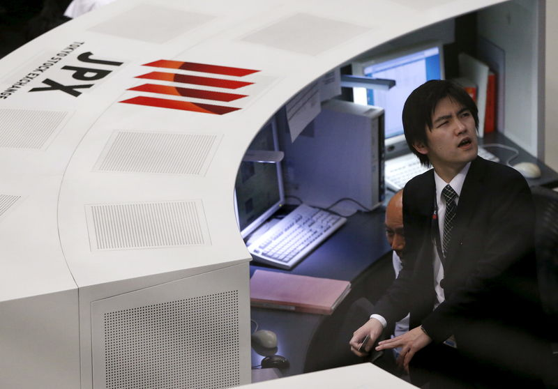 © Reuters. FILE PHOTO: Employees on the Tokyo Stock Exchange work in Tokyo,