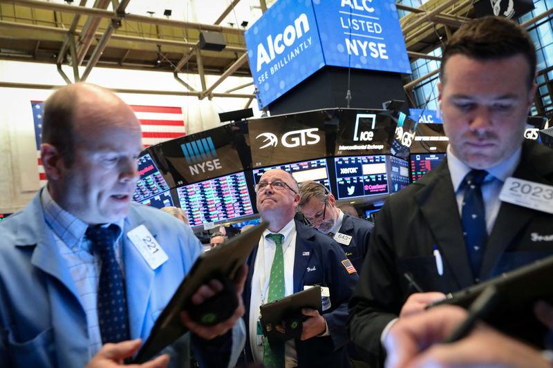 © ராய்ட்டர்ஸ். நியூயார்க்கில் NYSE இல் வர்த்தகர்கள் தரையில் பணிபுரிகின்றனர்