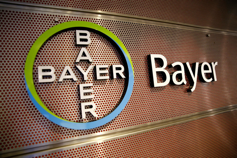 © Reuters. FILE PHOTO: Logo of Bayer AG is pictured at the annual results news conference of the German drugmaker in Leverkusen