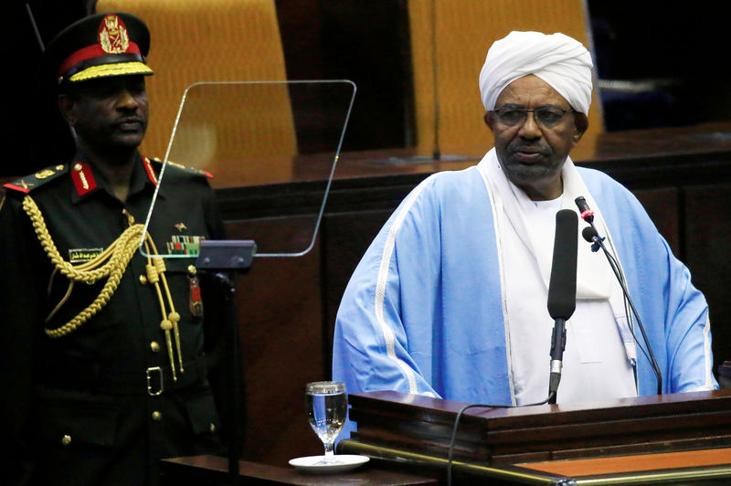 © Reuters. FILE PHOTO: Sudanese President Omar al-Bashir delivers a speech inside Parliament in Khartoum