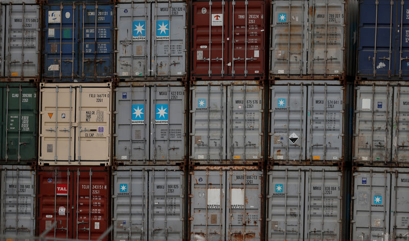 © Reuters. FILE PHOTO: Containers at Lisbon's port