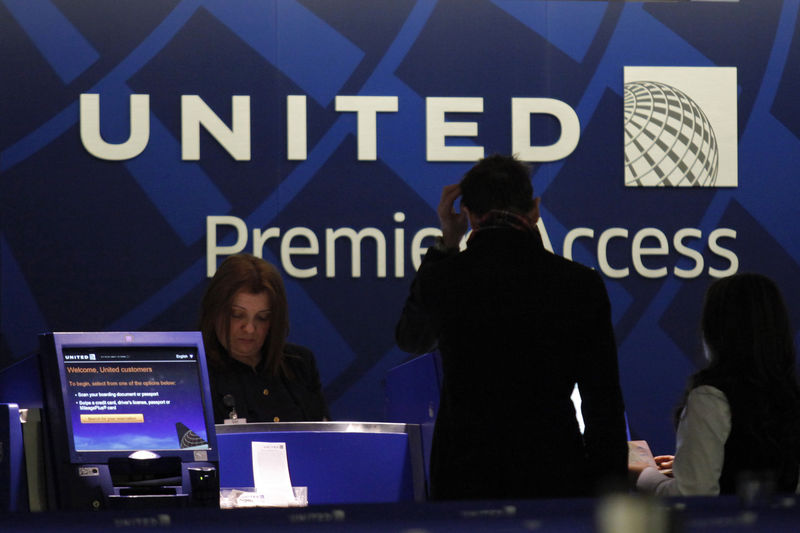 © Reuters. FILE PHOTO:  A worker from United attends to some customers during their check in process at Newark International airport in New Jersey