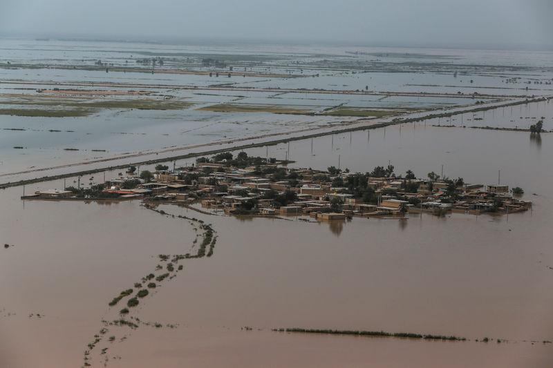 © Reuters. إيران تغلق آبار نفط في إقليم خوزستان بسبب الفيضانات والإنتاج ينخفض