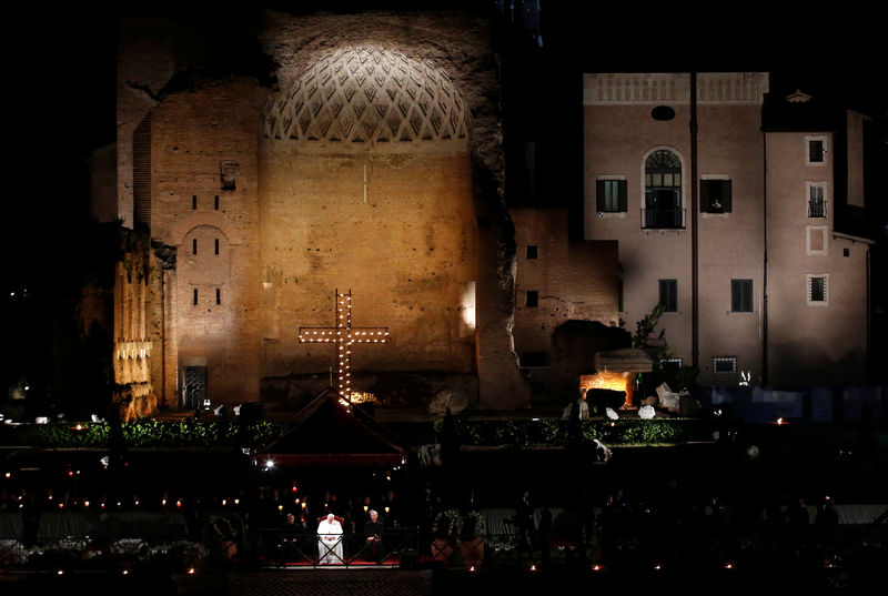 © Reuters. Pope Francis leads the Via Crucis procession at Rome's Colosseum