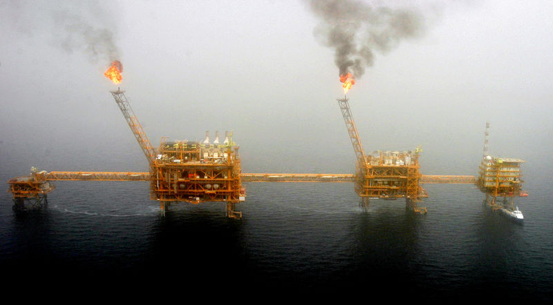 © Reuters. FILE PHOTO: Gas flares from an oil production platform are seen at the Soroush oil fields.