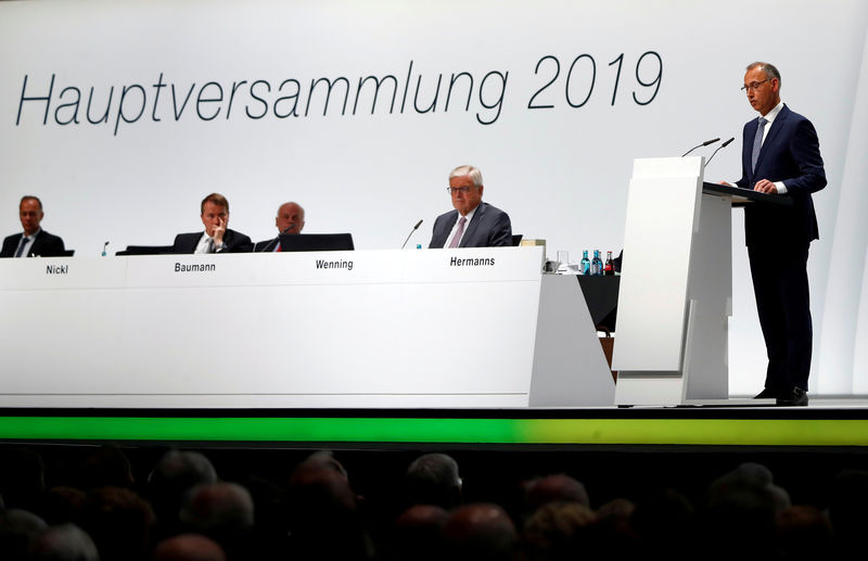 Investors call for reprieve for Bayer bosses after AGM