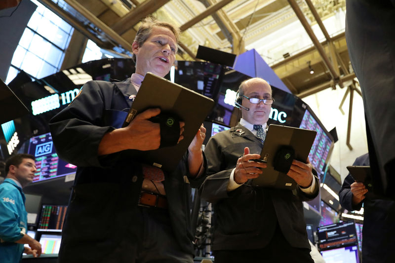 © Reuters. Traders work on the floor on the NYSE in New York