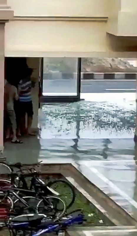 © Reuters. A window glass shatters during Cyclone Fani in Bhubaneswar, Odisha