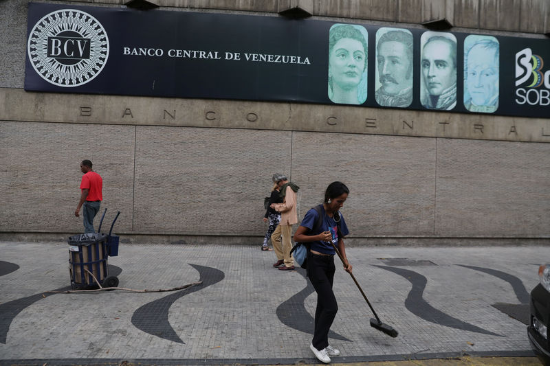 © Reuters. People walk in front of the Venezuela's Central Bank in Caracas