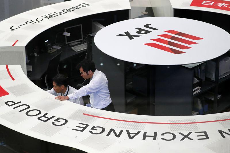 © Reuters. FOTO DE ARCHIVO: Los empleados de la Bolsa de Valores de Tokio trabajan en la bolsa de Tokio.