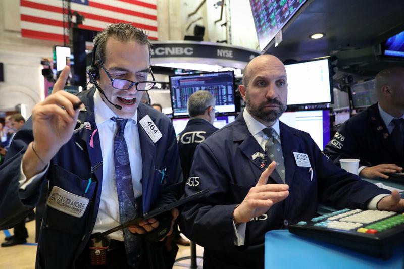 © Reuters. الأسهم الأمريكية تفتح منخفضة بعد بيانات ضعيفة لمبيعات التجزئة