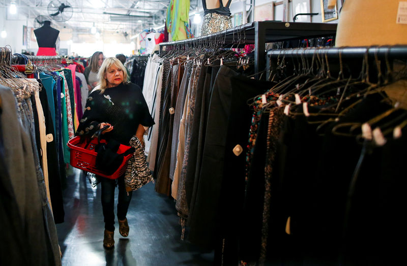 © Reuters. A woman shops in a used clothing shop in Buenos Aires