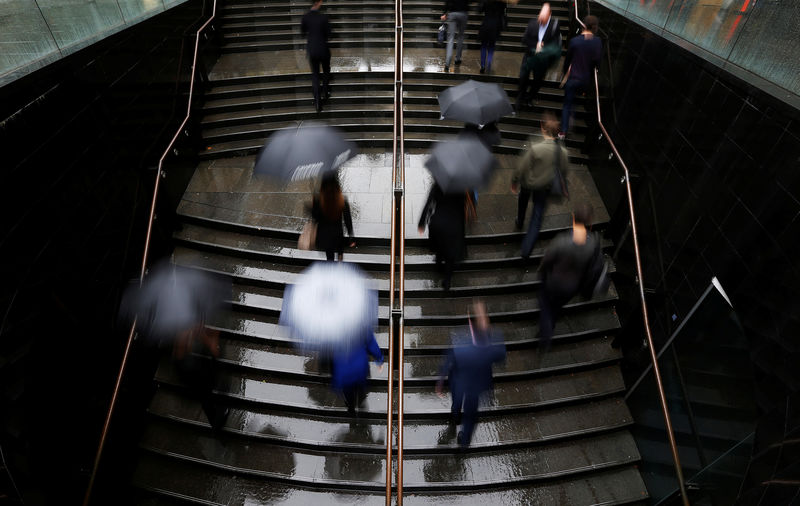 © Reuters. FILE PHOTO: Commuters arrive to the Central Business District at the morning rush hour in Sydney