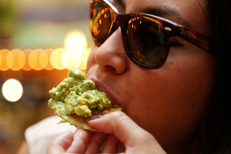 © Reuters. FILE PHOTO: A woman eats guacamole in this picture illustration, in Mexico City