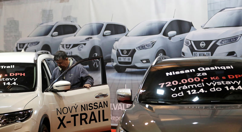 © Reuters. A visitor looks at a Nissan car during the Prague Autoshow in Prague