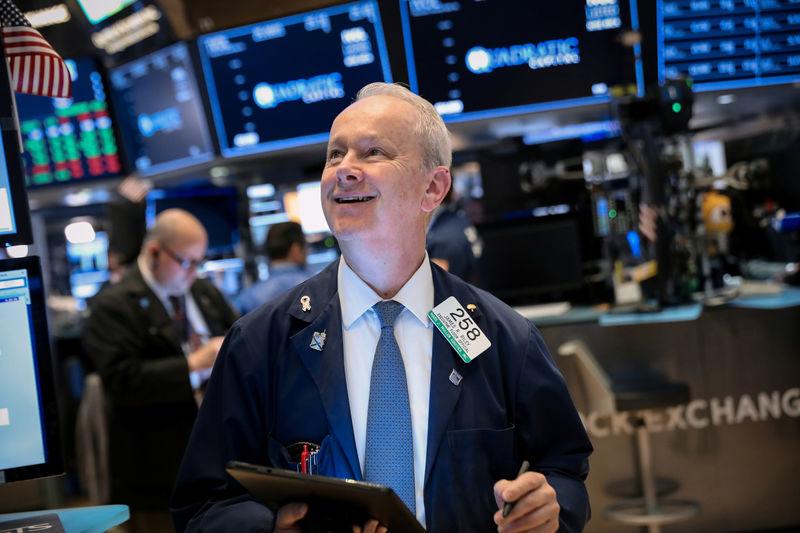 © Reuters. وول ستريت تفتح منخفضة مع ضغط توترات التجارة