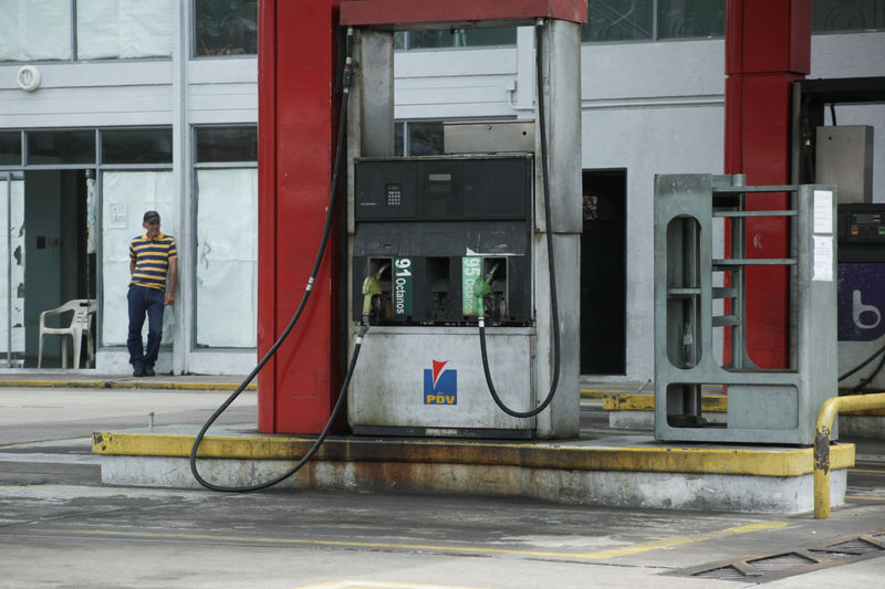 © Reuters. A worker stands at a closed gas station of the state oil company PDVSA in San Cristobal