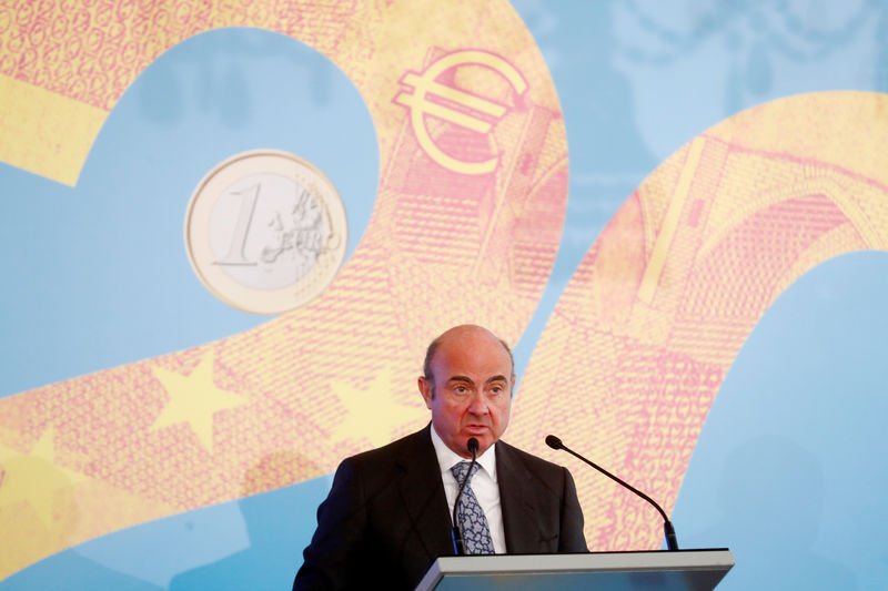 © Reuters. Vice-President of the European Central Bank Luis de Guindos speaks during an event in Riga