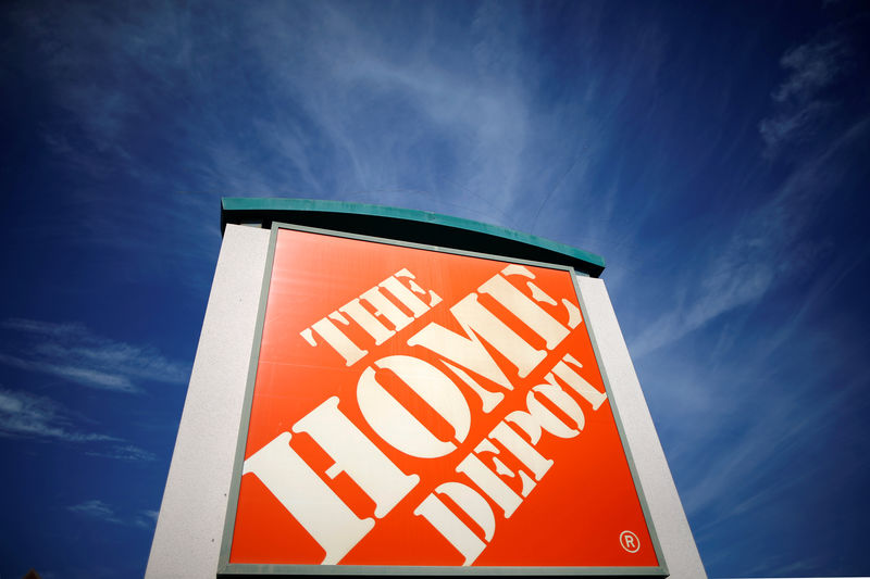 © Reuters. FILE PHOTO: A Home Depot store is seen in Los Angeles