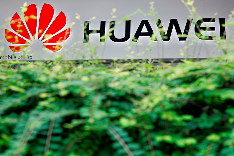 © Reuters. The logo of Huawei is pictured at a mobile phone shop in Singapore