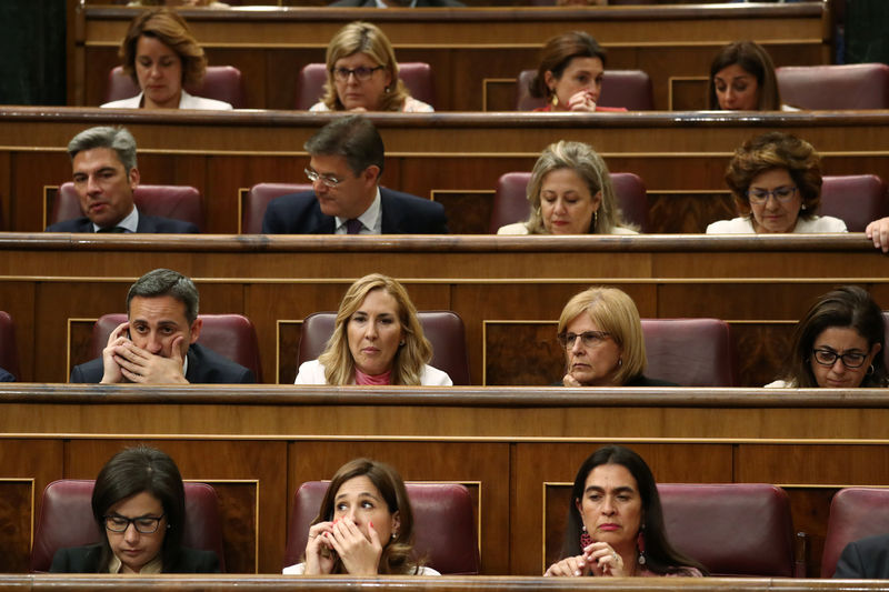 © Reuters. Deputies attend the first session of parliament following a general election in Madrid