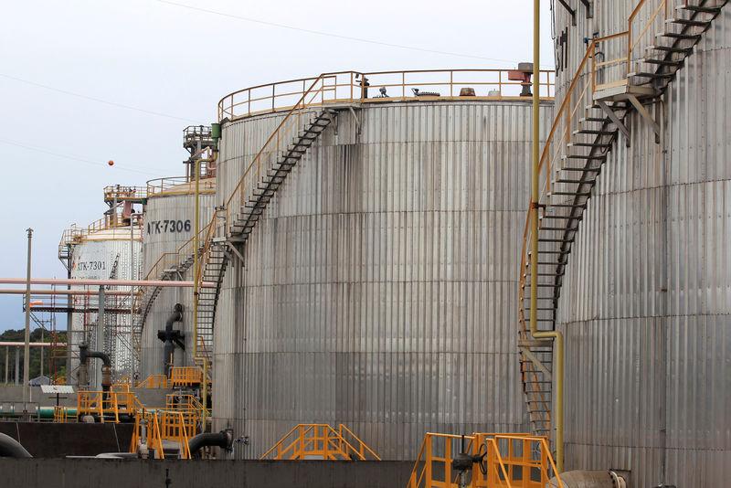 Oil falls on rising U.S. stockpiles, but markets remain tense