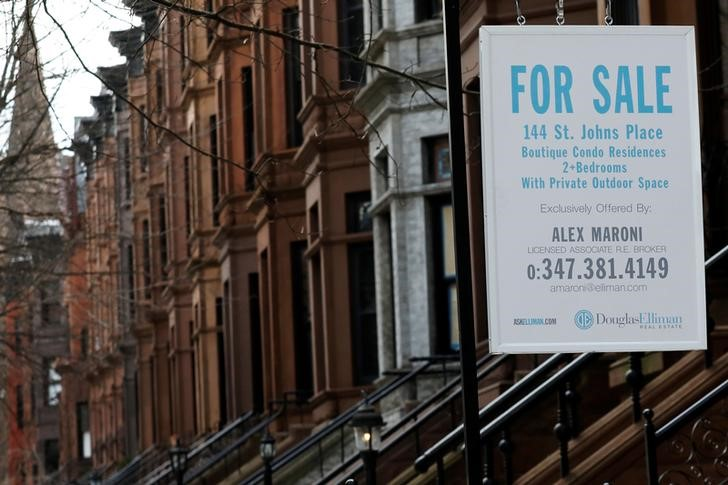 © Reuters. FILE PHOTO:  A real estate sign hangs in front of a townhouse in Brooklyn, New York