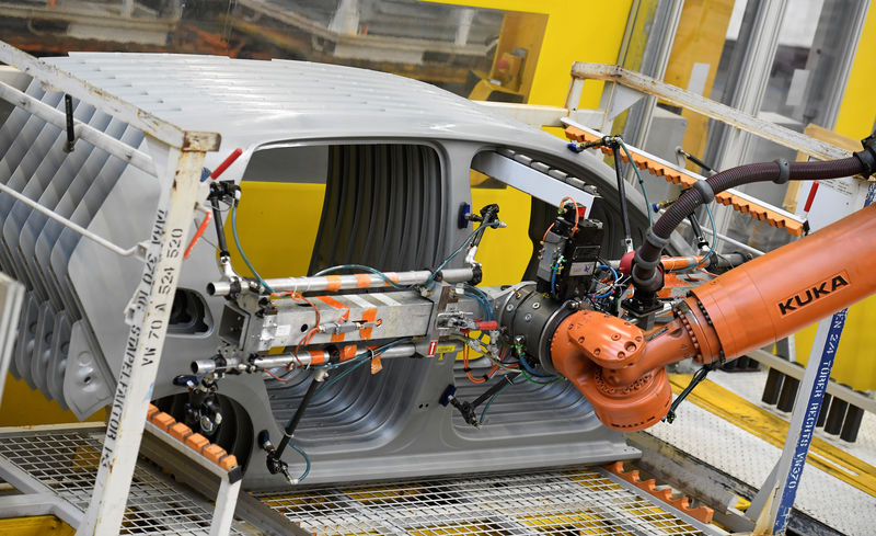 © Reuters. A robot moves car components in a production line at the Volkswagen plant in Wolfsburg
