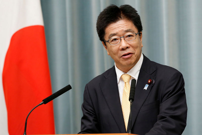 © Reuters. FILE PHOTO: Japan's Health, Labour and Welfare Minister Katsunobu Kato speaks at a news conference in Tokyo