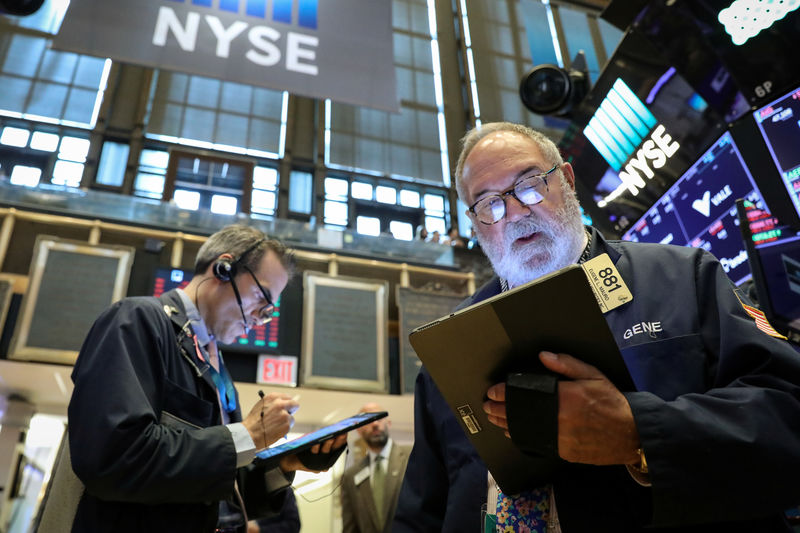 © Reuters. Traders work on the New York Stock Exchange
