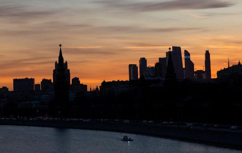 """© Reuters. Здания Министерства иностранных дел и Московского международного делового центра """"Москва-Сити"""" во время заката в Москве"""