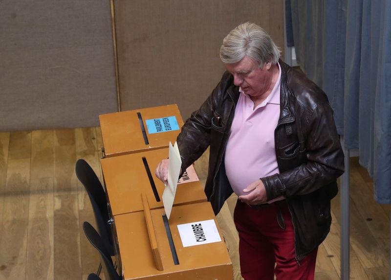Europeans vote, with EU future in balance