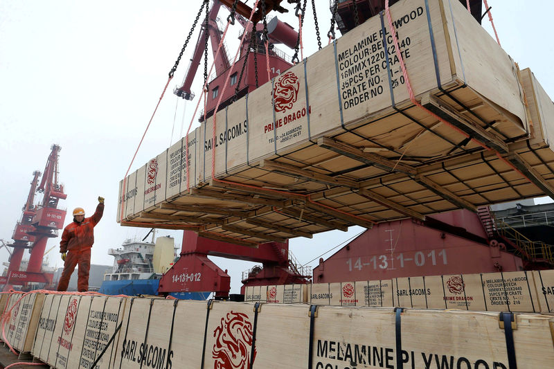 © Reuters. FILE PHOTO: Proof of work as crane raises goods for export to a cargo ship at a port in Lianyungang, Jiangsu