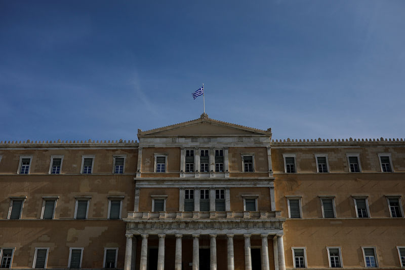 © Reuters. A Greek national flag flutters atop the parliament building in Athens