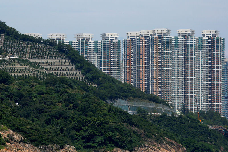 © Reuters. FILE PHOTO: Private residential blocks are seen behind a cemetery in Hong Kong