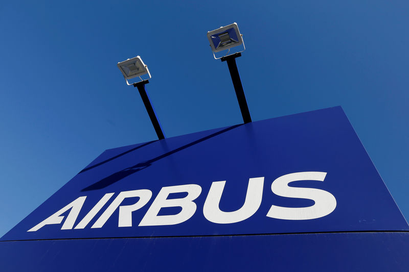 © Reuters. FILE PHOTO: The Airbus logo is pictured at Airbus headquarters in Blagnac near Toulouse
