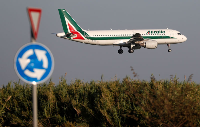 © Reuters. An Alitalia Airbus A320 airplane approaches to land at Fiumicino airport in Rome