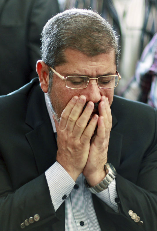 © Reuters. نجل الرئيس المصري السابق مرسي يقول إن والده دفن في القاهرة