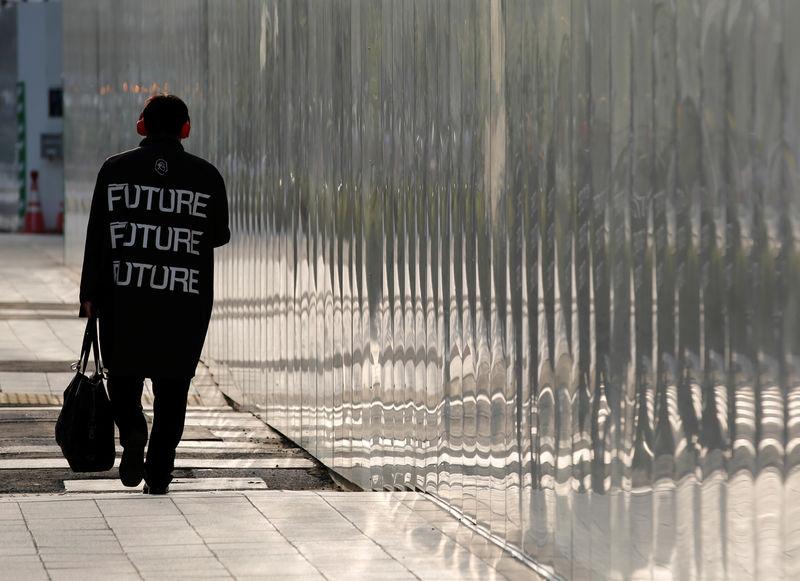 Japan government sticks to 'moderate' economic view despite global risks