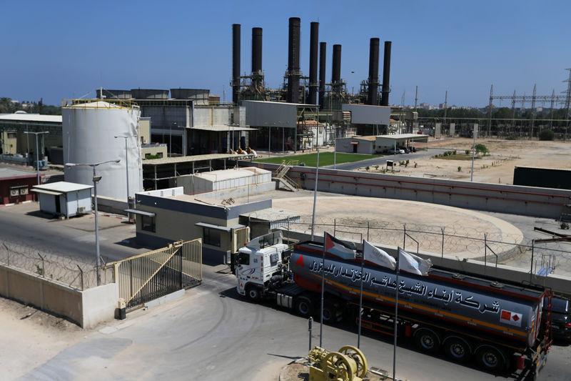 © Reuters. قطر ترسل خبراء فنيين إلى إسرائيل لبحث مد خط كهرباء جديد لغزة