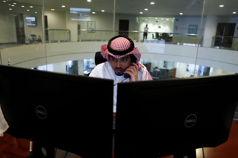 © Reuters. الإمارات دبي الوطني يرفع البورصة وصعود جميع أسواق الخليج الرئيسية