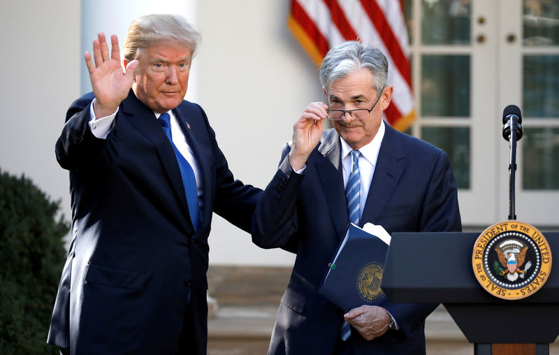 © Reuters. U.S. President Donald Trump gestures with Jerome Powell, his nominee to become chairman of the U.S. Federal Reserve at the White House in Washington