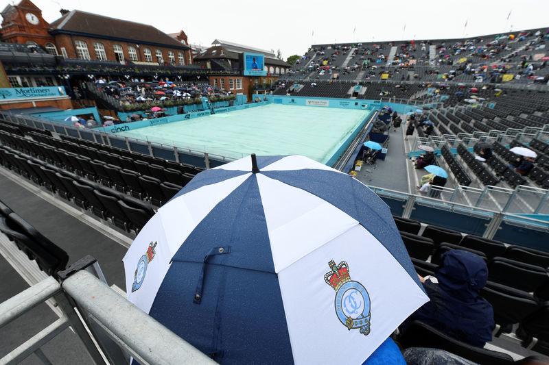 © Reuters. الأمطار تؤجل مباريات اليوم الثاني لبطولة كوينز للتنس